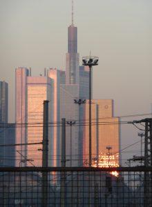 Lichtreflexion in der Nähe des Frankfurter Hauptbahnhofs